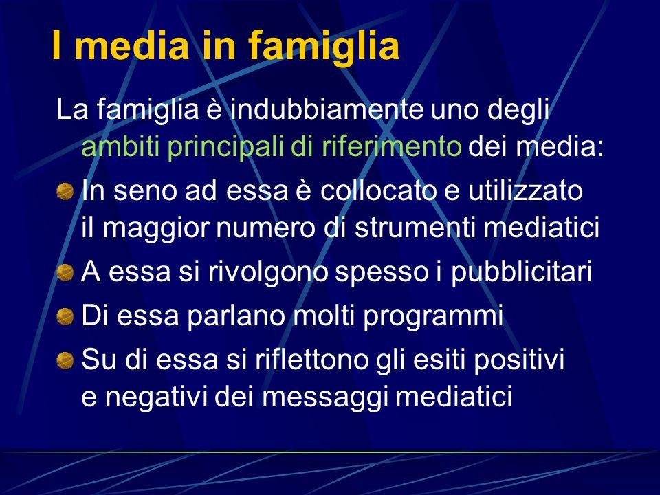 I media in famiglia La famiglia è indubbiamente uno degli ambiti principali di riferimento dei media: In seno ad essa è collocato e utilizzato il maggior numero di strumenti mediatici A essa si rivolgono spesso i pubblicitari Di essa parlano molti programmi Su di essa si riflettono gli esiti positivi e negativi dei messaggi mediatici