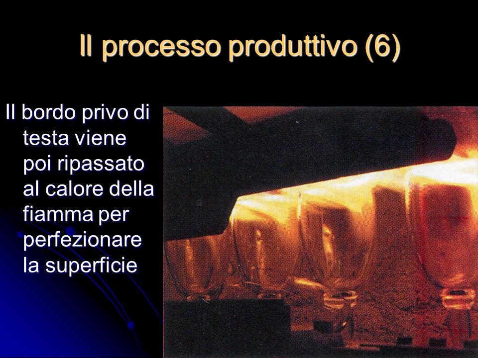 Il bordo privo di testa viene poi ripassato al calore della fiamma per perfezionare la superficie Il processo produttivo (6)