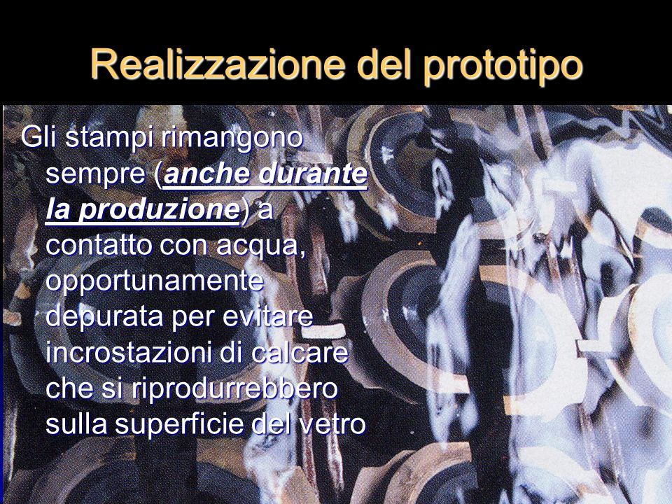 Il processo produttivo (1) La materia prima principale è costituita da silicio – che si presenta sotto forma di sabbia bianca, finissima - proveniente dallOlanda La materia prima principale è costituita da silicio – che si presenta sotto forma di sabbia bianca, finissima - proveniente dallOlanda Si procede innanzitutto con la dosatura elettronica di silicio, altre sostanze minerali stoccate in sili e rottami di vetro Si procede innanzitutto con la dosatura elettronica di silicio, altre sostanze minerali stoccate in sili e rottami di vetro Il tutto viene poi inviato al forno, per essere trasformato in vetro fuso Il tutto viene poi inviato al forno, per essere trasformato in vetro fuso