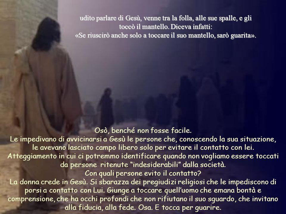 udito parlare di Gesù, venne tra la folla, alle sue spalle, e gli toccò il mantello.