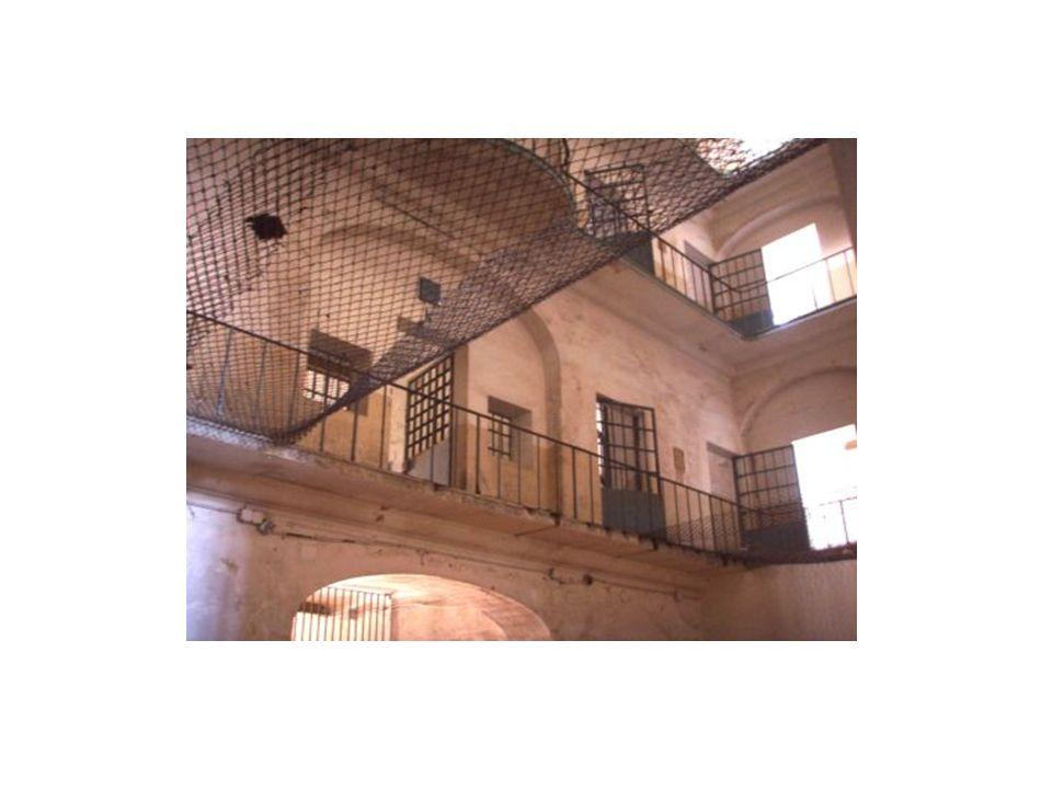I NUMERI al 31.10.2013 205 istituti penitenziari 64.323 detenuti totali ( 860 semiliberi ) 22.586 stranieri = 35% ( 90 semiliberi ) (fonte Ministero Giustizia – DAP)