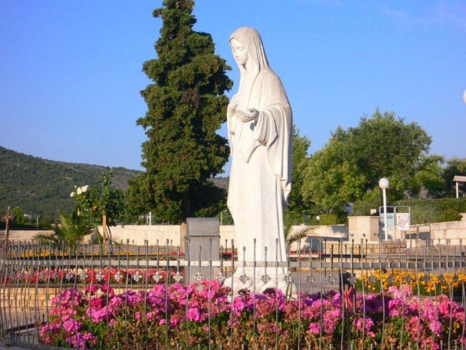 Chi va a Lourdes non ritorna a casa senza questa luce che rischiara quelle tenebre che rendono stanca e triste la vita, luce che converte il cuore alle scelte dellamore che dona vita.