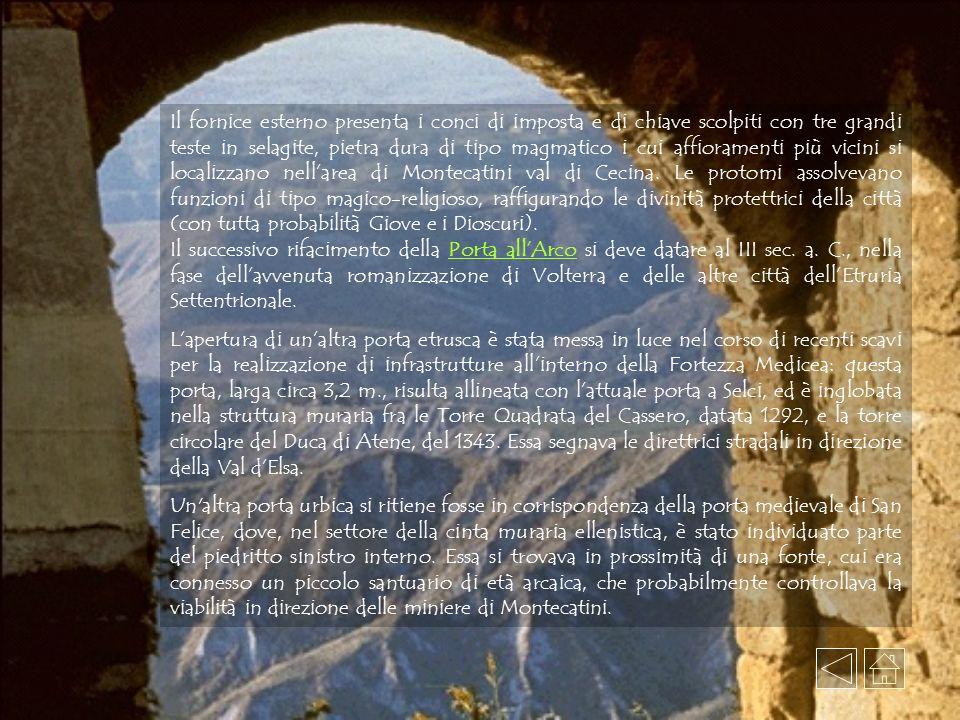Il fornice esterno presenta i conci di imposta e di chiave scolpiti con tre grandi teste in selagite, pietra dura di tipo magmatico i cui affioramenti più vicini si localizzano nellarea di Montecatini val di Cecina.