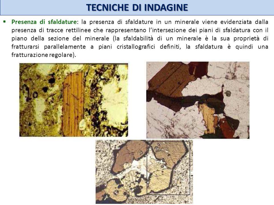 TECNICHE DI INDAGINE Presenza di sfaldature: la presenza di sfaldature in un minerale viene evidenziata dalla presenza di tracce rettilinee che rappre