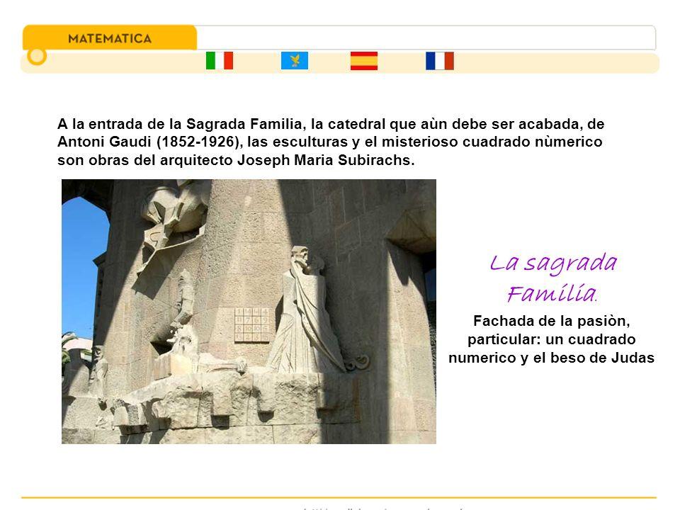 A la entrada de la Sagrada Familia, la catedral que aùn debe ser acabada, de Antoni Gaudi (1852-1926), las esculturas y el misterioso cuadrado nùmeric