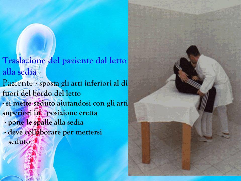 I nfermiere - posiziona la sedia all altezza del cuscino del paziente - aiuta il paziente a mettersi seduto sul bordo del letto, ponendogli una mano dietro la schiena - l operazione deve essere eseguita flettendo le ginocchia e non il busto - si sostiene il paziente quando è in posizione eretta a livello del bacino - deve guidare (frenare, ecc) la discesa verso la sedia.