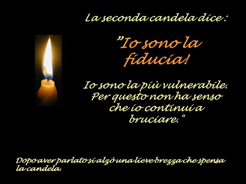 La prima candela dice : Io sono la pace! Nessuno può mantenere la mia luce. Per questo credo che mi spegnerò.