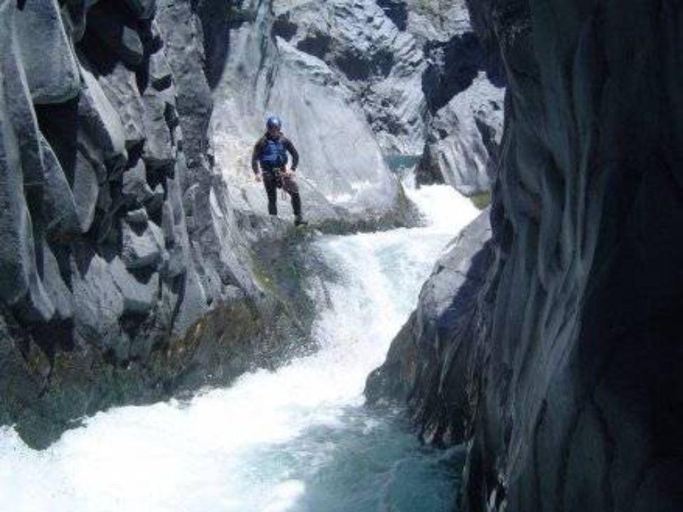 Si prosegue nella valle e si osserva che il letto del fiume va sempre più incassandosi in profondità, formando una selvaggia gola basaltica, ricca di