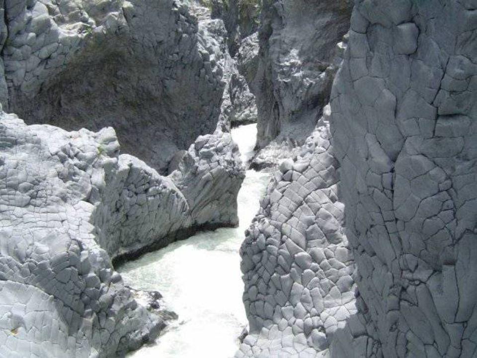 La gola è larga pochi metri e profonda oltre 20 metri. Le acque sono di un colore verde intenso e le pareti sono contorte, rugose, stratificate.