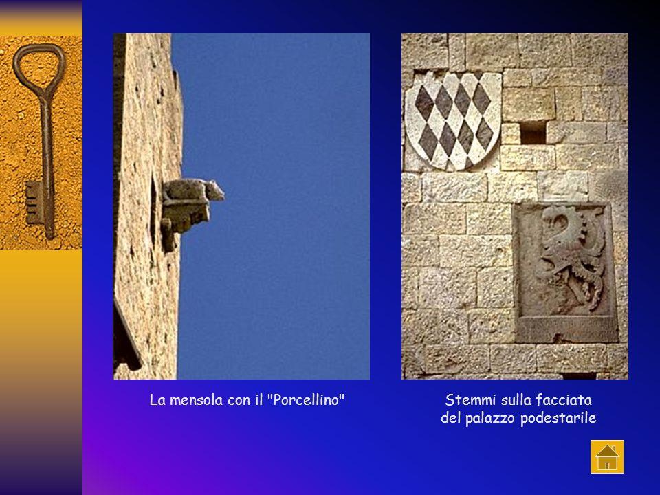 Laccesso originario avveniva tramite una porta che si trovava dove ora c'è la loggia centrale: ad essa si accedeva per mezzo di una doppia scala ester