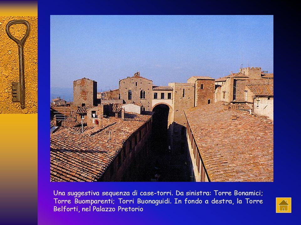 In primo piano la torre Guidi; sullo sfondo la torre del Porcellino