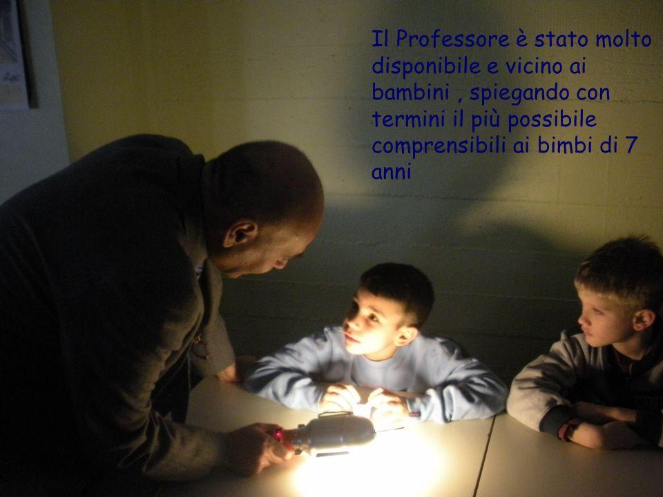 Il Professore è stato molto disponibile e vicino ai bambini, spiegando con termini il più possibile comprensibili ai bimbi di 7 anni
