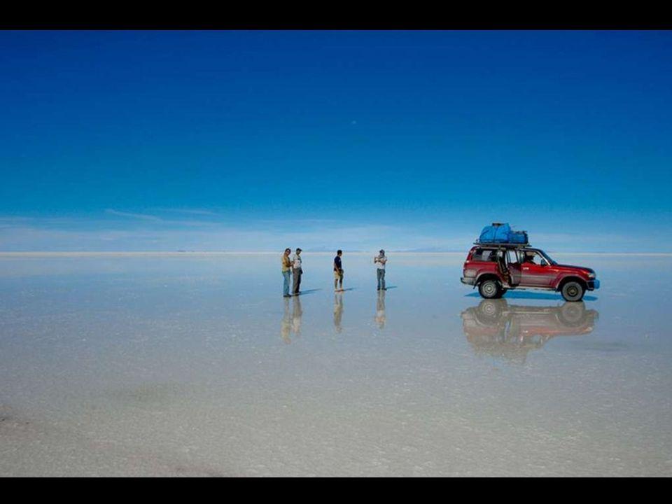 Quando è ricoperto d'acqua, il Salar diventa uno dei più grandi specchi sulla Terra.