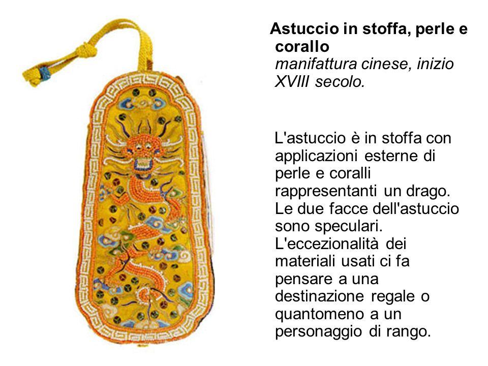 Astuccio in stoffa, perle e corallo manifattura cinese, inizio XVIII secolo. L'astuccio è in stoffa con applicazioni esterne di perle e coralli rappre