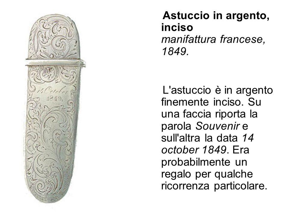 Astuccio in argento, inciso manifattura francese, 1849. L'astuccio è in argento finemente inciso. Su una faccia riporta la parola Souvenir e sull'altr