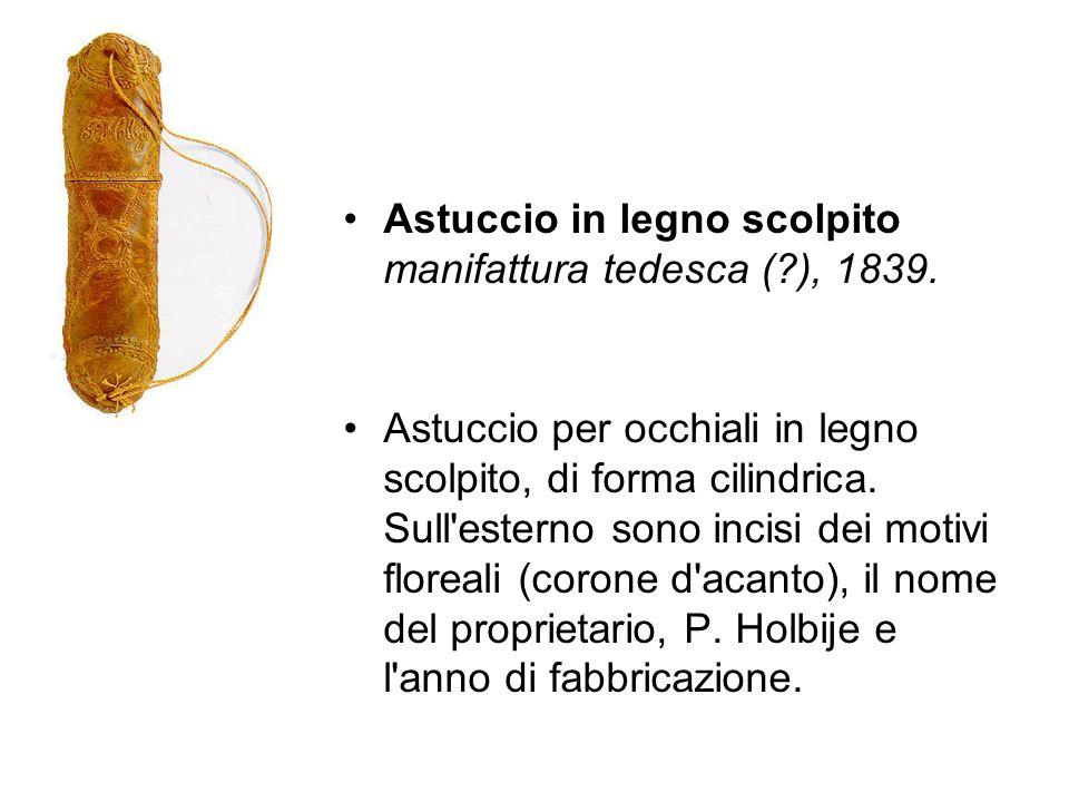 Astuccio in legno scolpito manifattura tedesca (?), 1839. Astuccio per occhiali in legno scolpito, di forma cilindrica. Sull'esterno sono incisi dei m