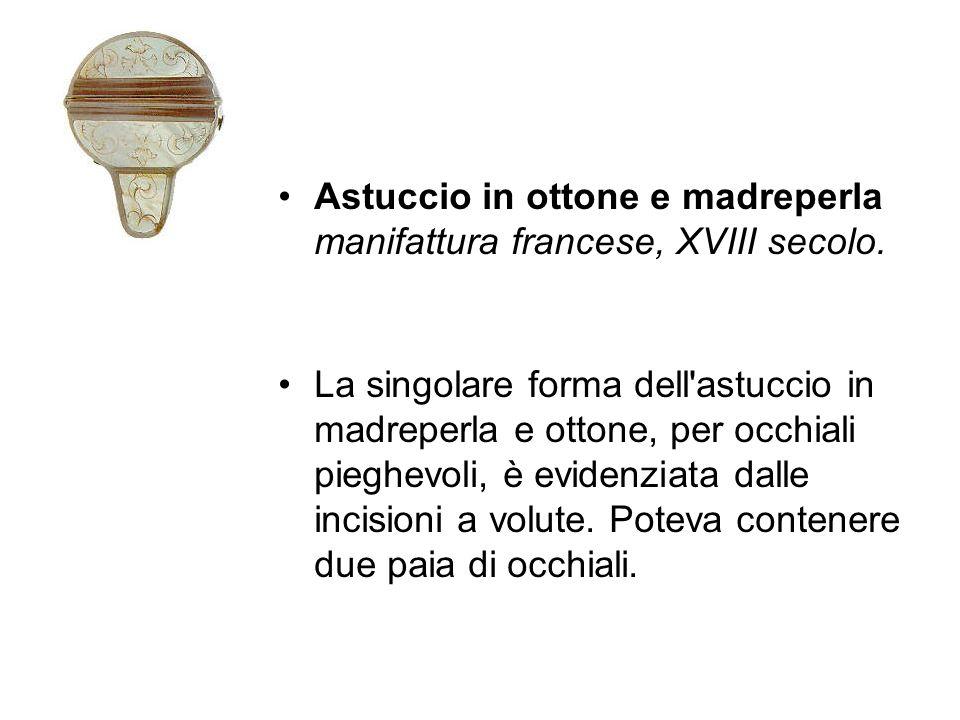 Astuccio in ottone e madreperla manifattura francese, XVIII secolo. La singolare forma dell'astuccio in madreperla e ottone, per occhiali pieghevoli,