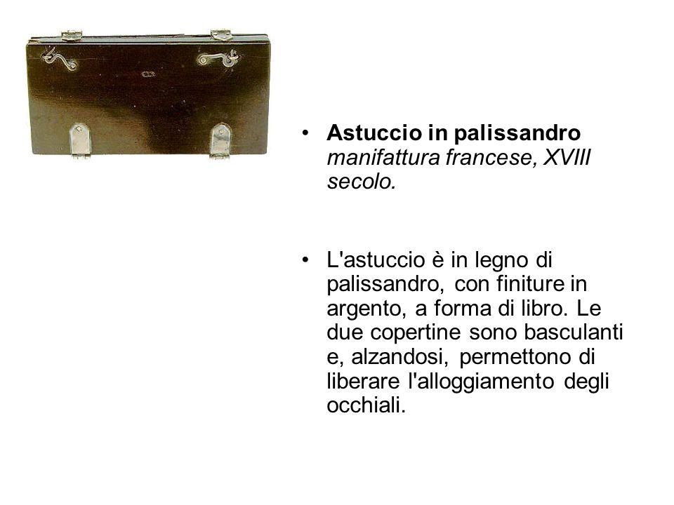 Astuccio in palissandro manifattura francese, XVIII secolo. L'astuccio è in legno di palissandro, con finiture in argento, a forma di libro. Le due co