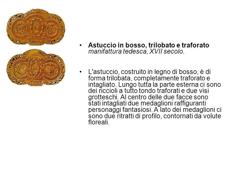 Astuccio in bosso, trilobato e traforato manifattura tedesca, XVII secolo. L'astuccio, costruito in legno di bosso, è di forma trilobata, completament