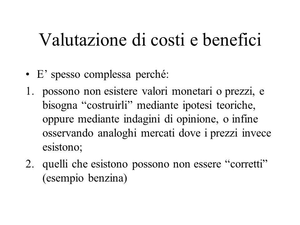 Valutazione di costi e benefici E spesso complessa perché: 1.possono non esistere valori monetari o prezzi, e bisogna costruirli mediante ipotesi teor