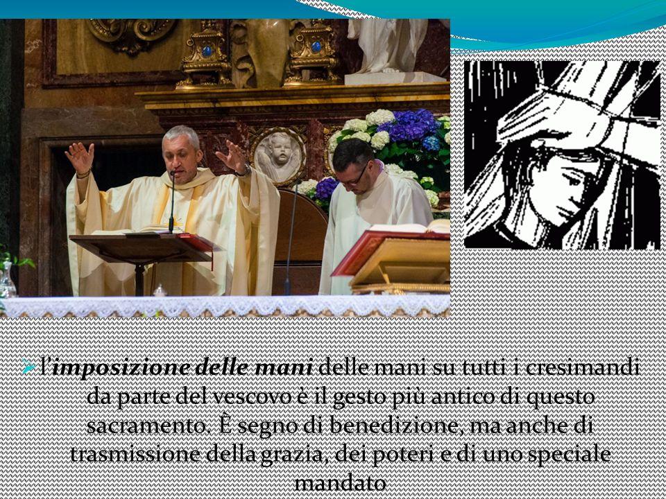 limposizione delle mani delle mani su tutti i cresimandi da parte del vescovo è il gesto più antico di questo sacramento. È segno di benedizione, ma