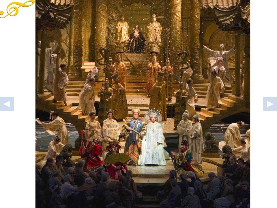 Il giorno dopo tutta la corte imperiale e il popolo sono riuniti nella piazza di Pechino per la prova di Turandot.