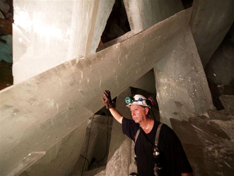 La genesi delle cristallizzazioni I macrocristalli si sono formati sott'acqua, in un punto dove le acque termali profonde, calde (52°C) e sature di so