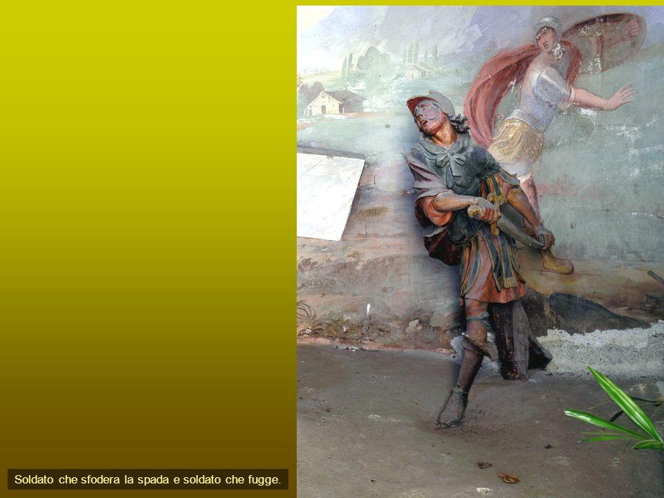 Soldato che sfodera la spada e soldato che fugge.