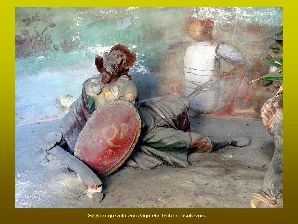 Soldato gozzuto con daga che tenta di risollevarsi.