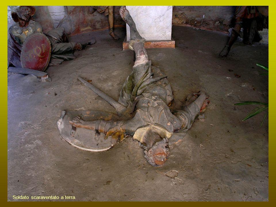 Soldato scaraventato a terra.