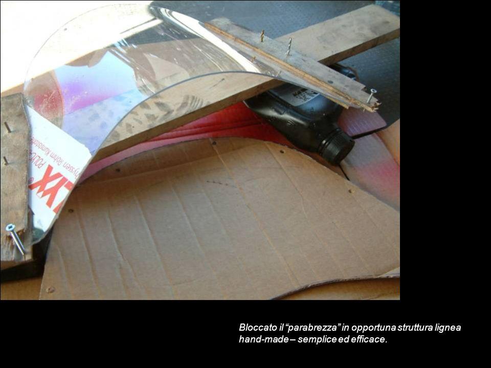 Bloccato il parabrezza in opportuna struttura lignea hand-made – semplice ed efficace.