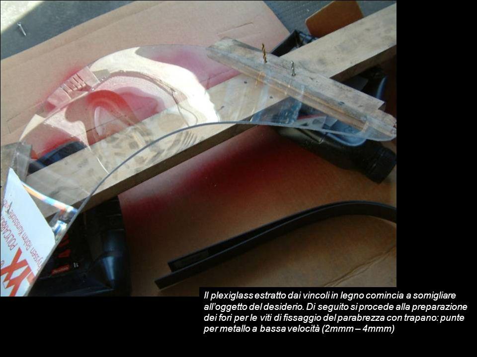 Il plexiglass estratto dai vincoli in legno comincia a somigliare alloggetto del desiderio. Di seguito si procede alla preparazione dei fori per le vi