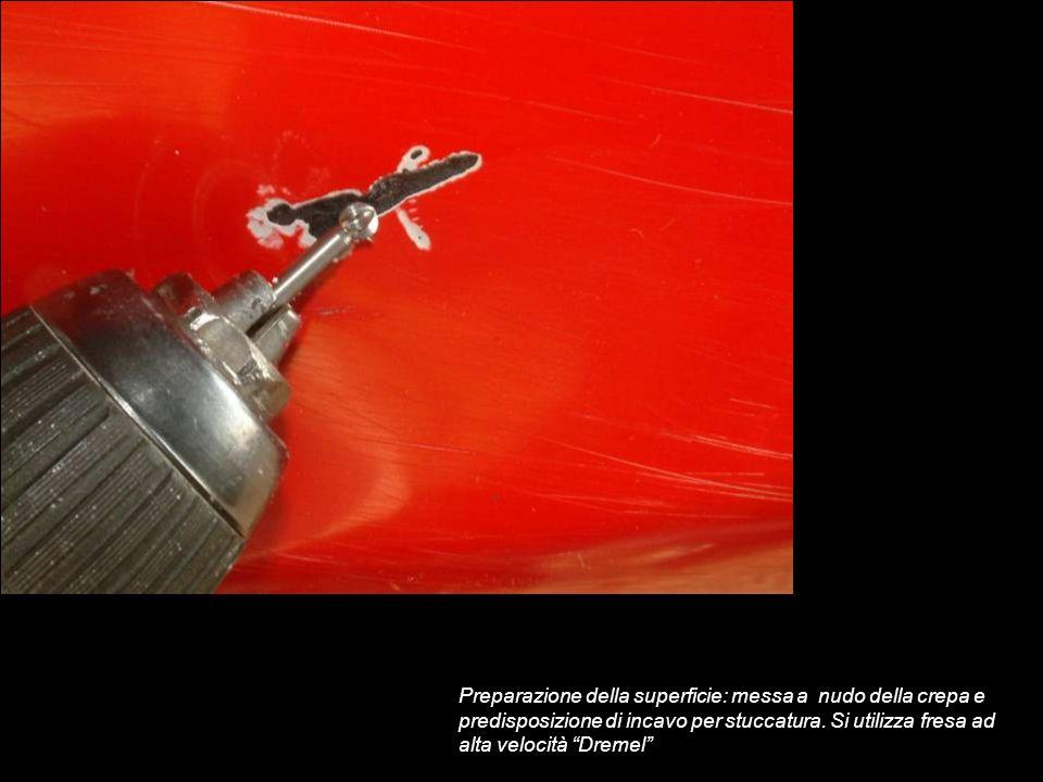 Preparazione della superficie: messa a nudo della crepa e predisposizione di incavo per stuccatura. Si utilizza fresa ad alta velocità Dremel