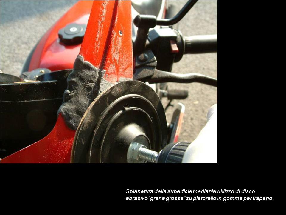 Spianatura della superficie mediante utilizzo di disco abrasivo grana grossa su platorello in gomma per trapano.