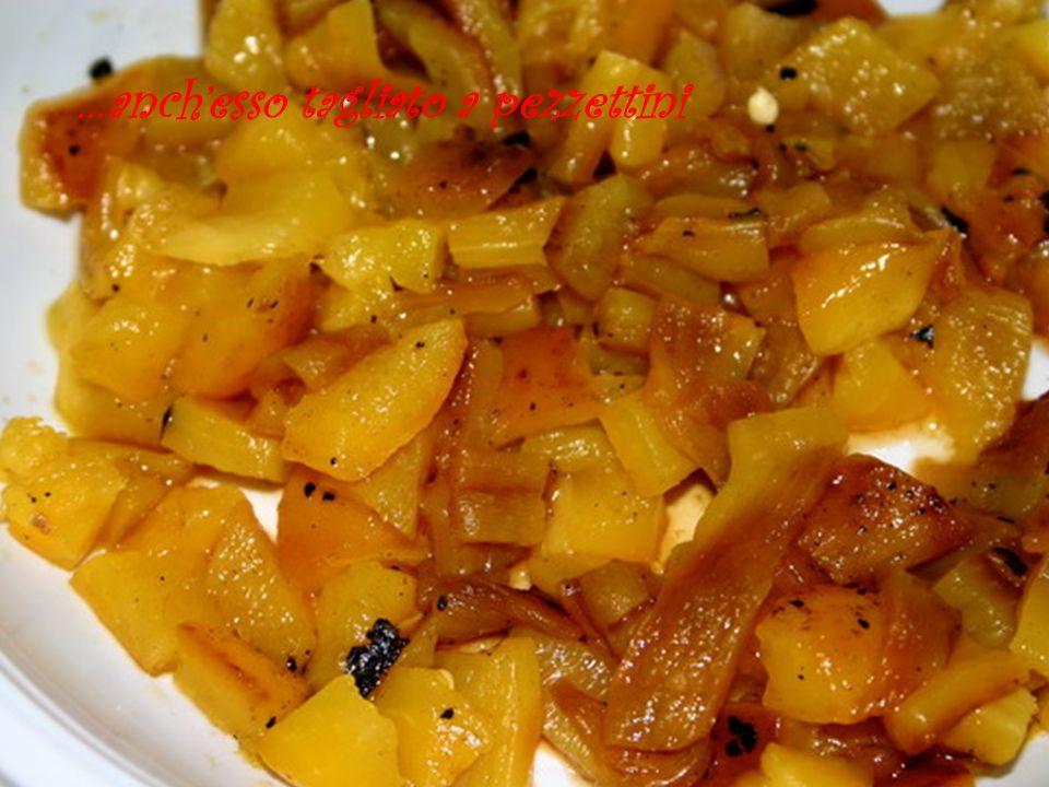 Lessare la pasta al dente versarla in una ampia padella contenente lolio di cottura della melanzana e la marinata….una spadellata e