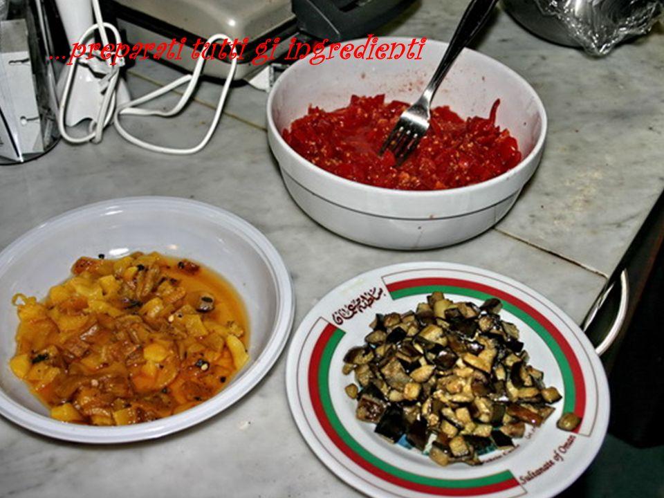 aggiungere il peperone ai pomodori