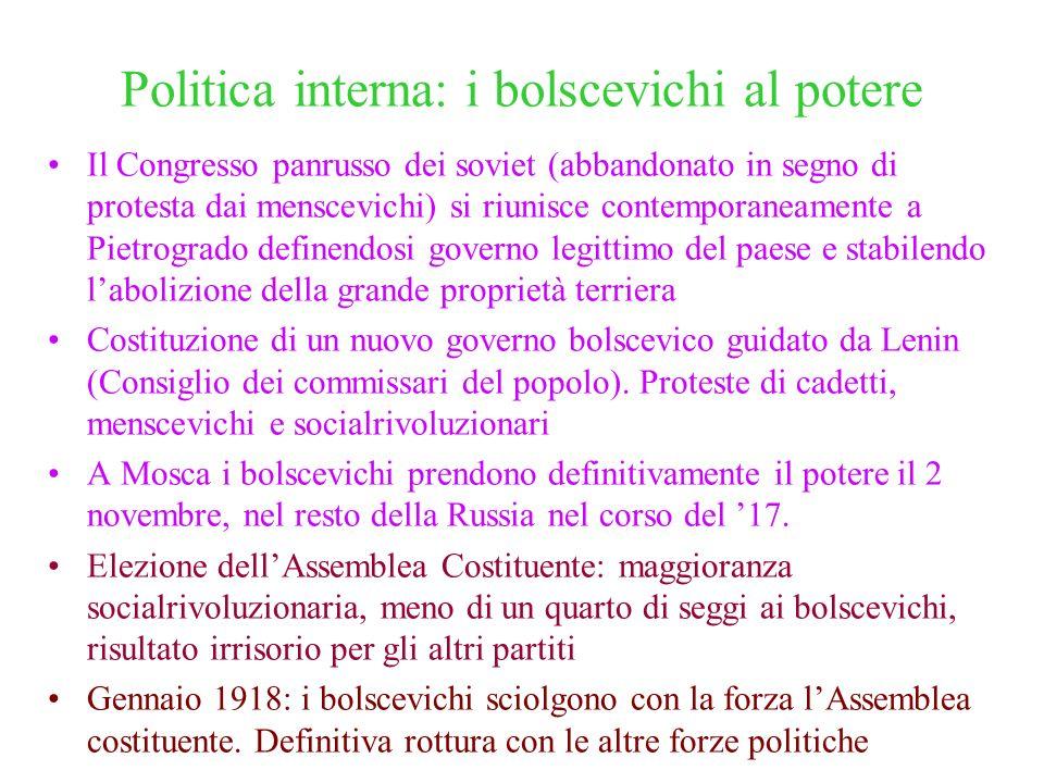 Politica interna: i bolscevichi al potere Il Congresso panrusso dei soviet (abbandonato in segno di protesta dai menscevichi) si riunisce contemporane
