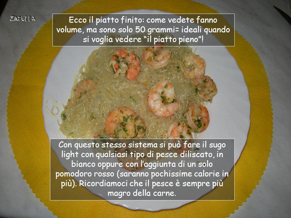 Ora togliamo laglio e ci saltiamo la pasta: va bene qualsiasi tipo ma, in questo esempio, sono 50 grammi di vermicelli di soia che si rigonfiamo moltissimo, fino a 4 volte il loro volume iniziale.
