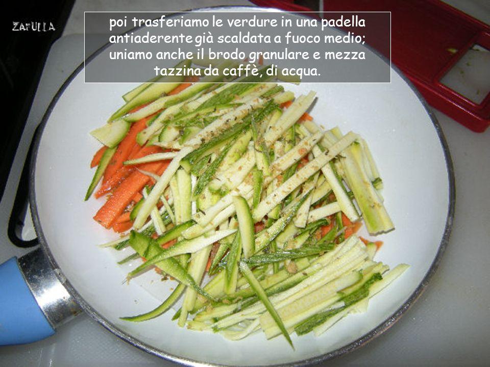 Affettiamo sottilmente la carota già lavata e raschiata e tagliamo la zucchina, possibilmente a fiammifero;