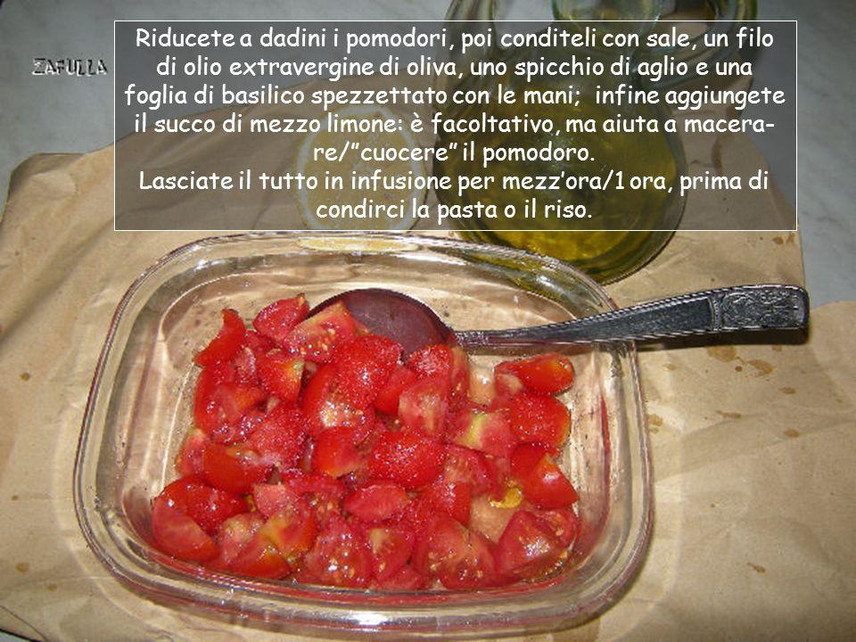Occorrente (non indico le porzioni perché è talmente versatile che senzaltro troverete il modo di utilizzarlo in diverse preparazioni): Pomodori ciliegini o SanMarzano (quanti ne volete); sale, olio, aglio, basilico, limone (facoltativo).