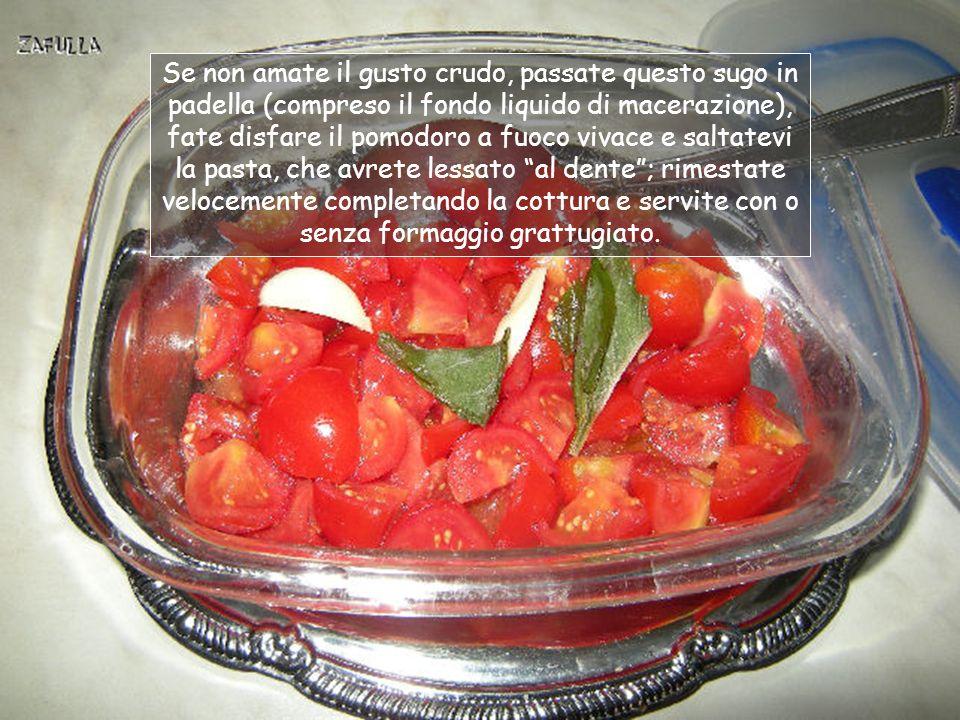Riducete a dadini i pomodori, poi conditeli con sale, un filo di olio extravergine di oliva, uno spicchio di aglio e una foglia di basilico spezzettato con le mani; infine aggiungete il succo di mezzo limone: è facoltativo, ma aiuta a macera- re/cuocere il pomodoro.