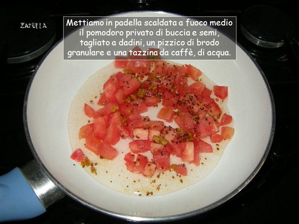 Usiamo, come al solito, una padella antiaderente, in modo di poterci completare la cottura della pasta, insaporendola per bene.
