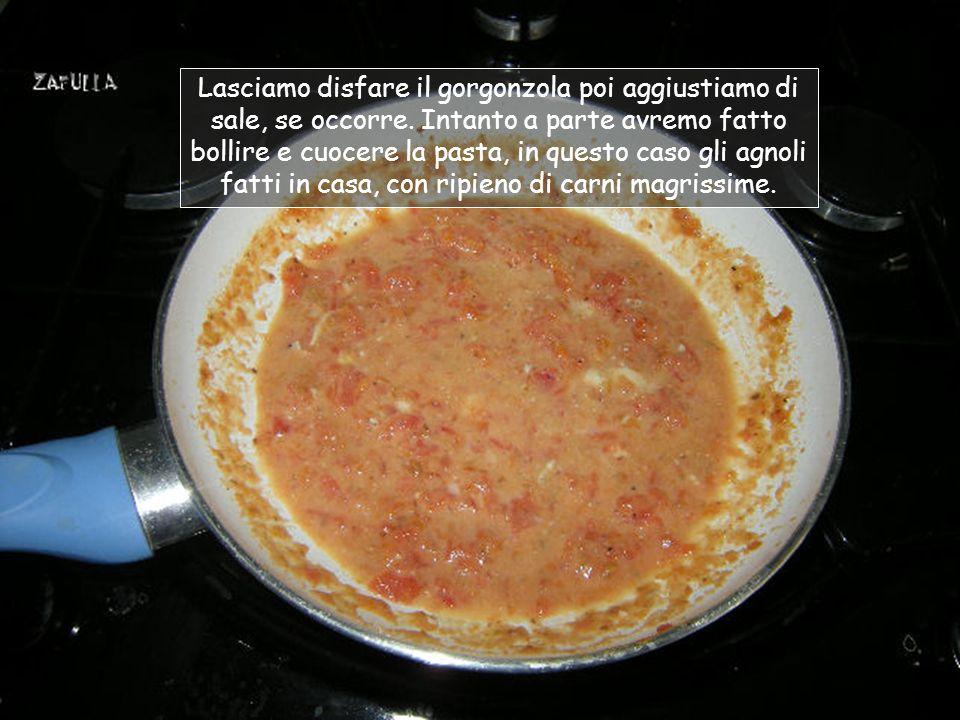 Lasciamo bollire il pomodoro fino a che si disfi (in padella bastano pochissimi minuti), poi aggiungiamo il quadratino di gorgonzola (10-15 grammi);
