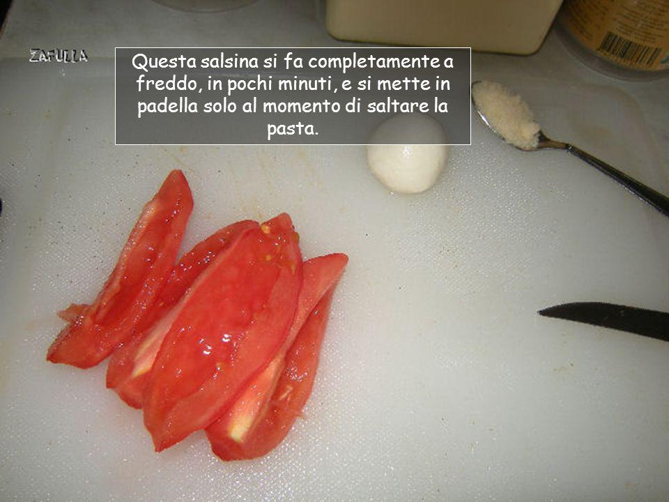 Occorrente per una porzione: 1 pomodoro rosso spellato; 1 ciliegina di mozzarella; 1 cucchiaino di parmigiano o grana padano; 1 pizzico di sale (questo è il sale rosa dellHimalaya, ma va bene il sale comune).