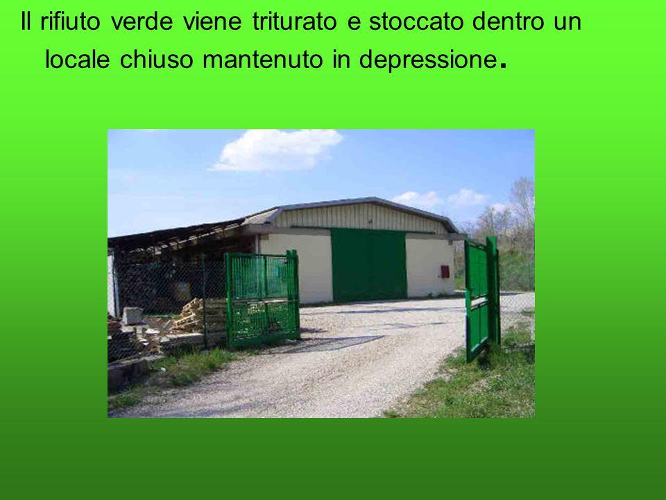 Il rifiuto verde viene triturato e stoccato dentro un locale chiuso mantenuto in depressione.