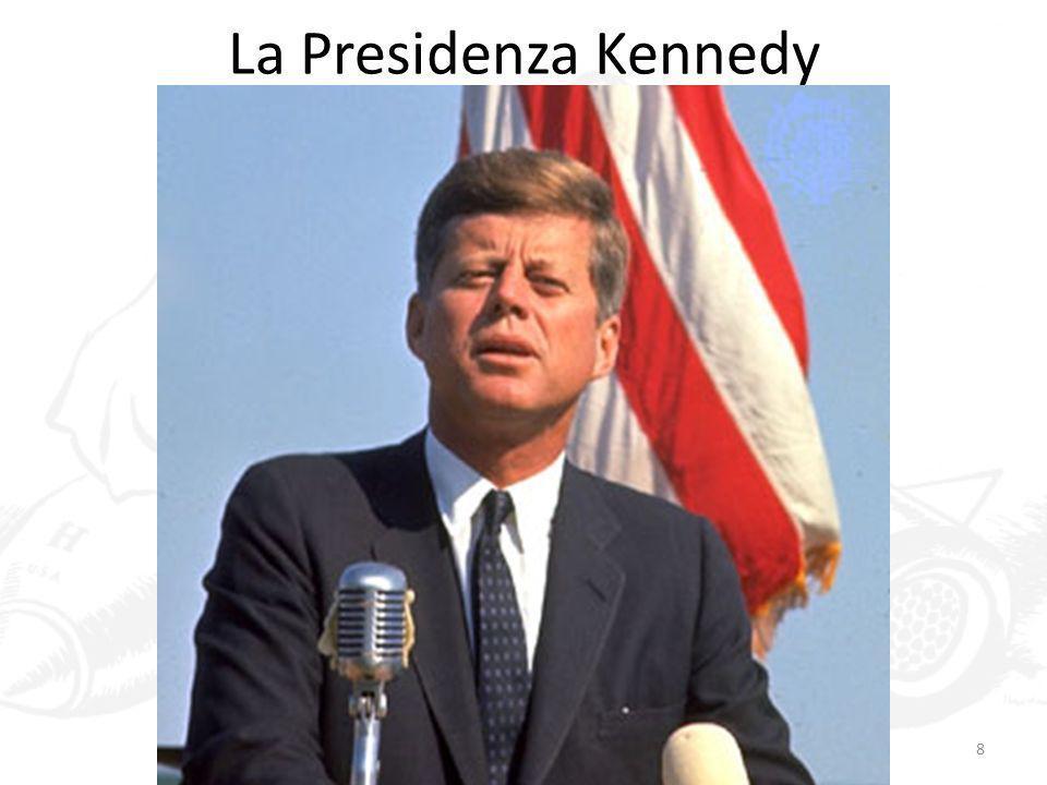 La guerra del Vietnam 59 Cresce il numero di consiglieri militari statunitensi nel paese, ma Kennedy è contrario allinvio di truppe in massa, perché convinto che sia necessario mettere le truppe del sud in condizione di sconfiggere la guerriglia da sole Piuttosto, gli Stati Uniti si impegnano nella modernizzazione del sud: creazione dei villaggi strategici, in cui trapiantare i contadini e modernizzare lagricoltura Vengono percepiti come deportazioni e accrescono lostilità nei confronti degli USA