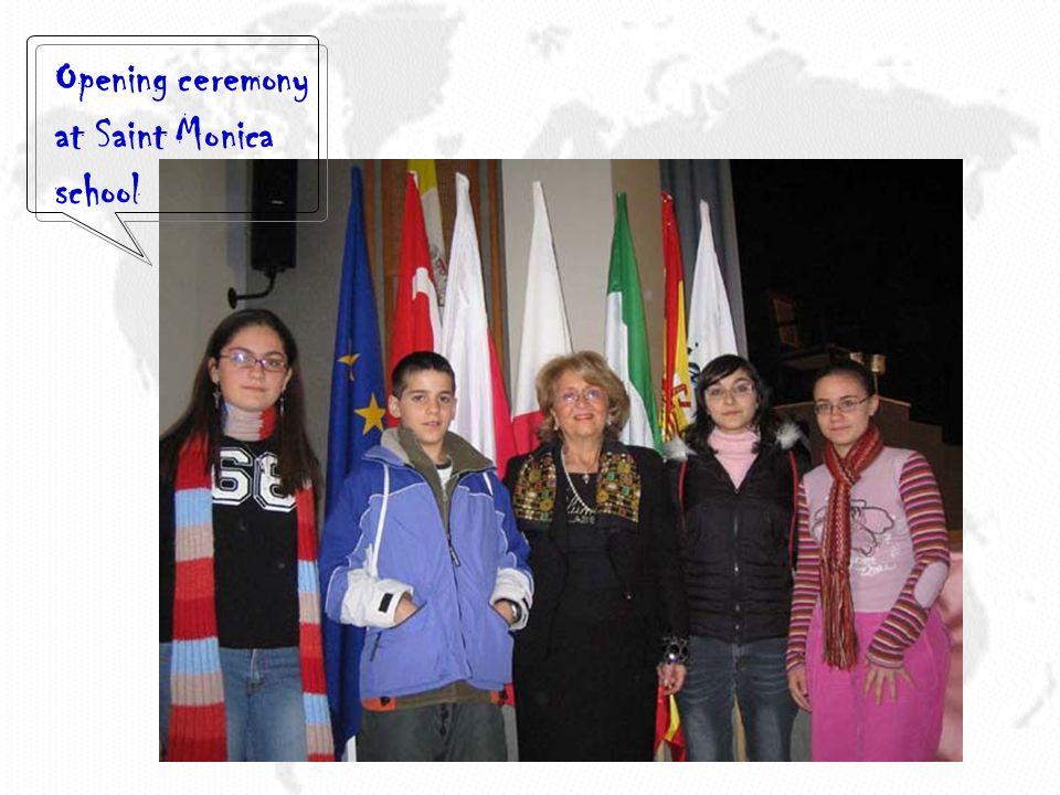 Foto ricordo con i partners nella cerimonia di apertura a Saint Monica school