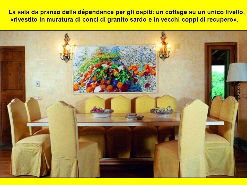 La sala da pranzo della dépendance per gli ospiti: un cottage su un unico livello, «rivestito in muratura di conci di granito sardo e in vecchi coppi