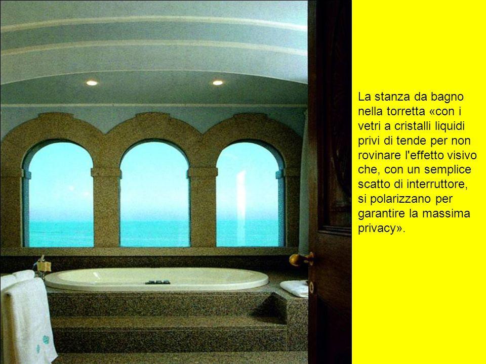 La stanza da bagno nella torretta «con i vetri a cristalli liquidi privi di tende per non rovinare l'effetto visivo che, con un semplice scatto di int