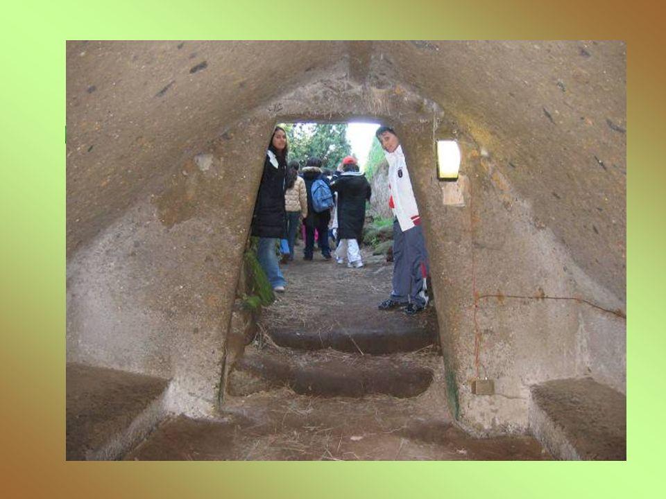 La tomba delle capanne Datata alla metà del sec. VII a.C, è costituita da un lungo corridoio di accesso con due nicchie laterali e da due ambienti in